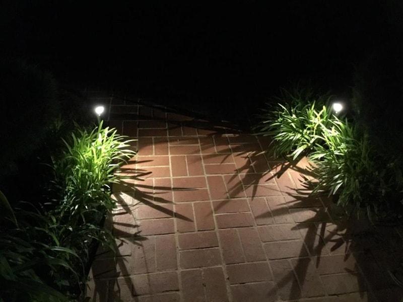 lampes solaires pour les marches de la passerelle