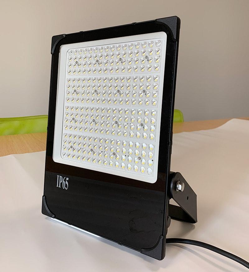 كشافات إضاءة LED